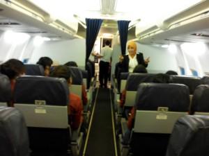 Pengajar Instruktur PAS jurusan Pramugari Ibu Evianti sedang memberikan pelatihan di dalam Pesawat Boeing 737 - 300